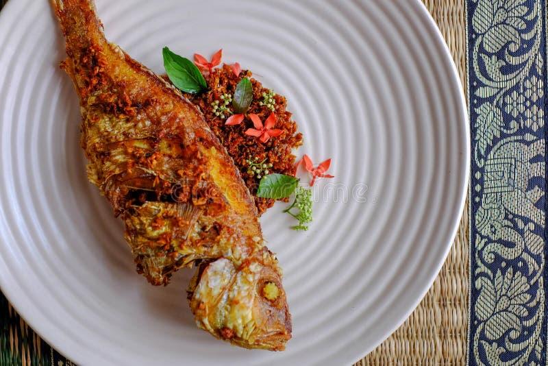 Pescados fritos elegantes con la cena de la multa de la hierba y de la flor imagenes de archivo