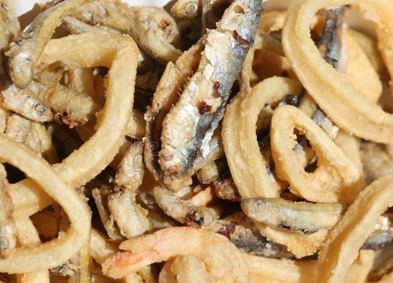 Pescados fritos y una sardina y un poco de calamari imagenes de archivo