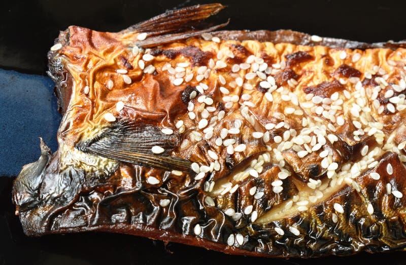 Pescados o caballa asados a la parrilla de Saba con la salsa de soja negra dulce que remata el s?samo blanco en la placa fotografía de archivo