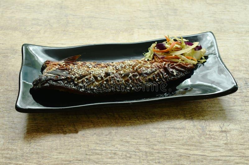 Pescados o caballa asados a la parrilla de Saba con la salsa de soja negra dulce que remata el s?samo blanco en la placa foto de archivo libre de regalías