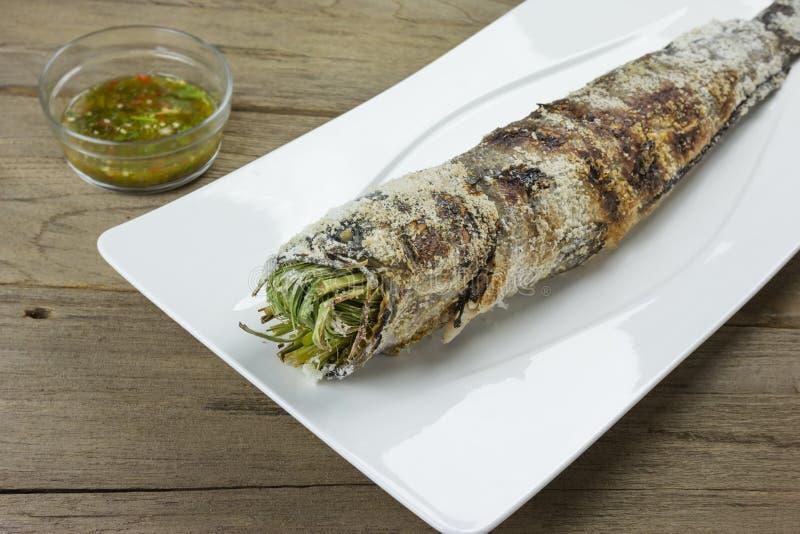Download Pescados Rayados Del Snakehead De La Parrilla Con La Sal Cubierta Foto de archivo - Imagen de comida, salado: 64209166