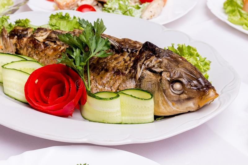Pescados rellenos en el table_ festivo del restaurante imagen de archivo