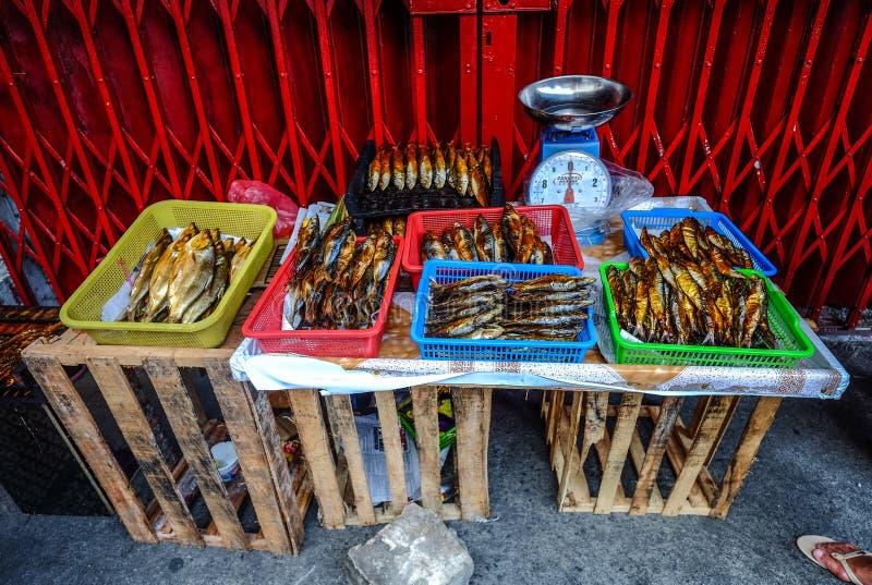Pescados secados en el mercado local foto de archivo