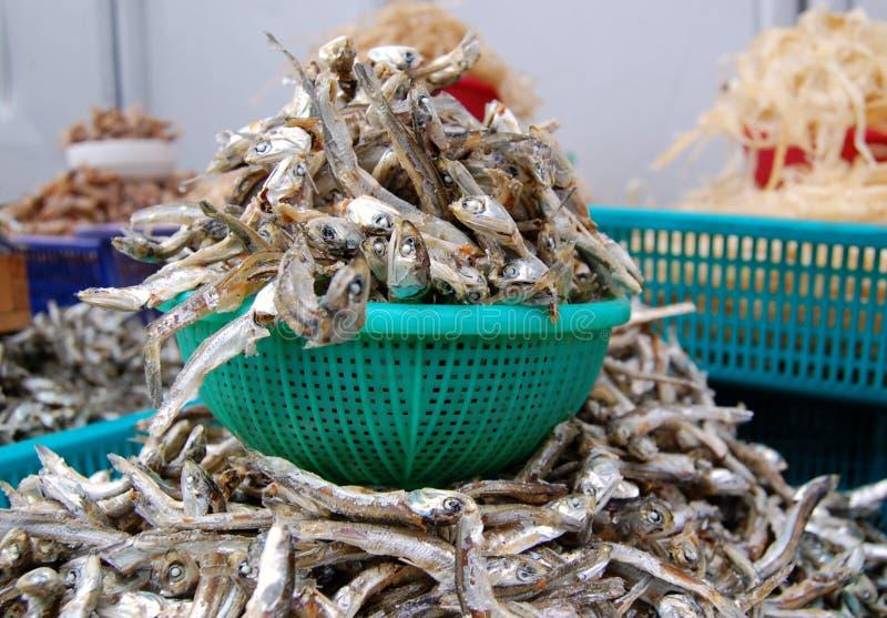 Pescados secados para la venta en un mercado fotografía de archivo