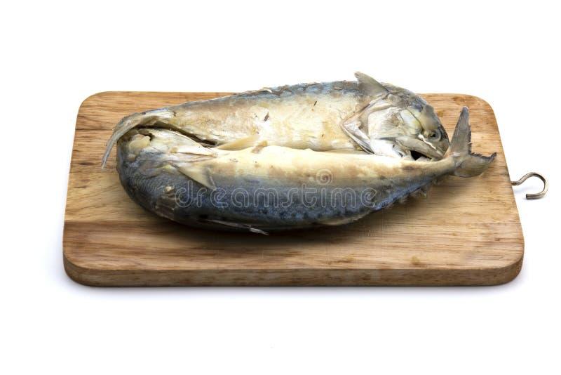 Pescados tailandeses de la caballa en tajar la comida tailandesa de la comida de la sopa picante confeccionada de madera de los p imágenes de archivo libres de regalías