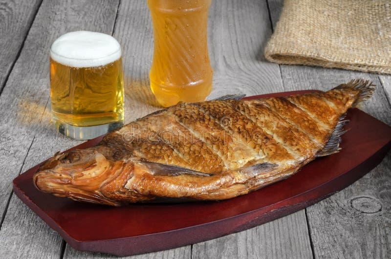 Pescados y cerveza ahumados calientes foto de archivo libre de regalías