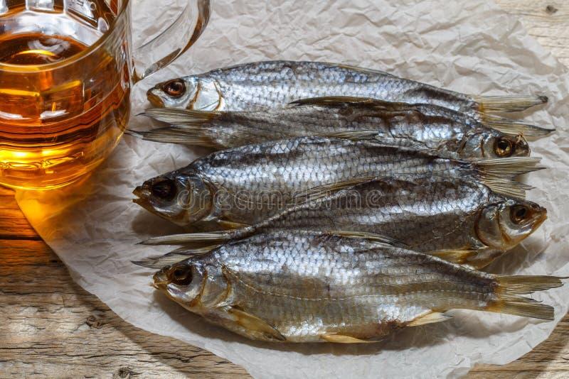 Pescados y cerveza secados en la tabla Aperitivo ruso tradicional fotografía de archivo