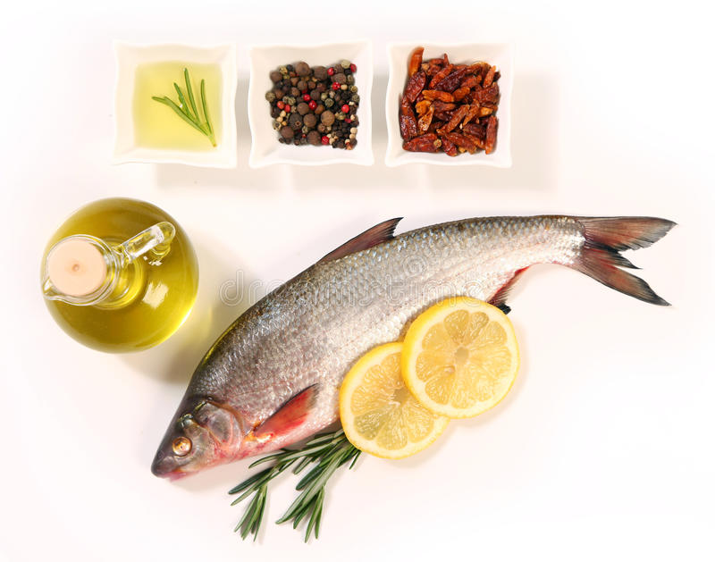 Pescados y condimento imagenes de archivo