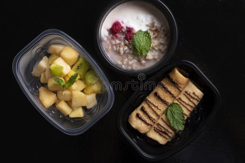 Pescados y verduras cocidas al vapor, comida lista para la nutrición apropiada y dieta equilibrada fotografía de archivo libre de regalías