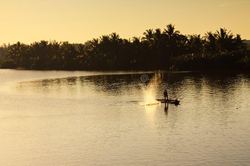 Pescando al fiume di Thu Bon, Quang Nam, Vietnam immagini stock