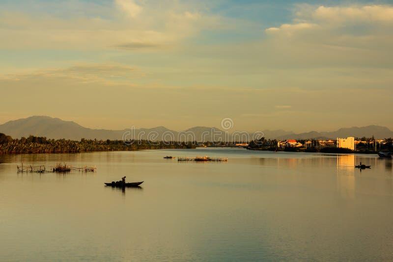 Pescando al fiume di Thu Bon, Quang Nam, Vietnam fotografia stock