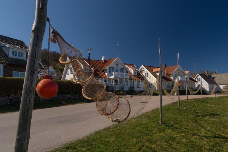 Pescando armadilhas e redes na frente das casas idílico em Arild, Kullaberg, Suécia fotografia de stock