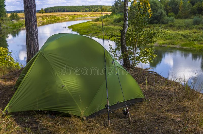 Pescando a barraca de acampamento na costa do rio Curso, lazer e turismo na natureza fotografia de stock royalty free