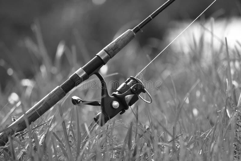 Pescando con la barretta sul lago, foto in bianco e nero immagini stock
