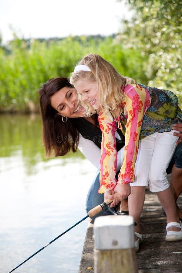 Pescando con la mamma immagine stock