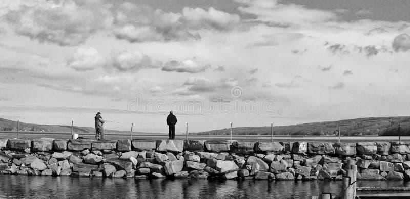 Pescando con un amico su Seneca Lake fotografie stock libere da diritti