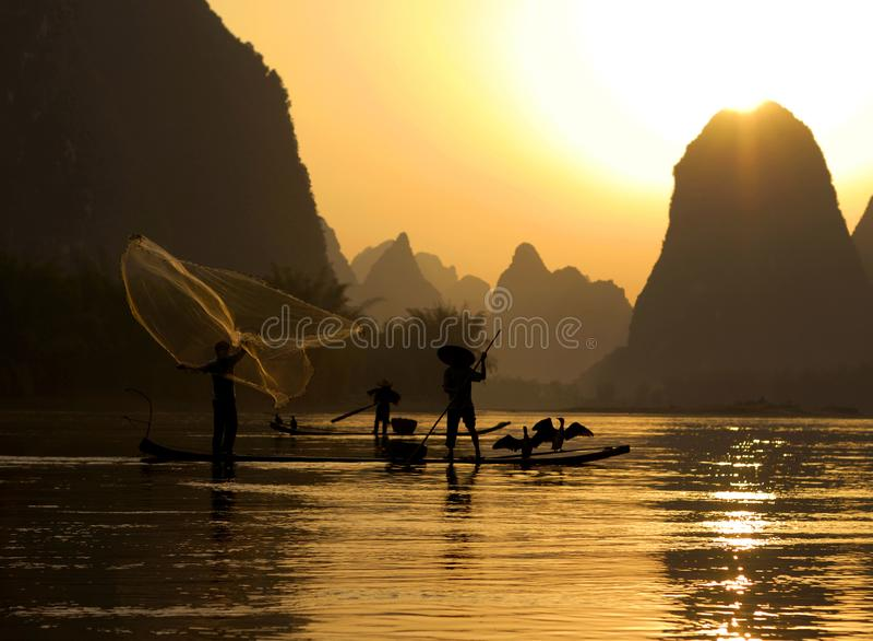 Pescando em Li River, Guilin, China imagem de stock royalty free