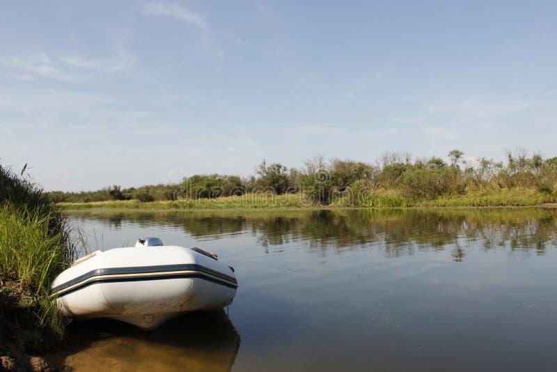 Pescando en el amanecer, la afición, se relaja Caña de pescar con una captura fotografía de archivo libre de regalías