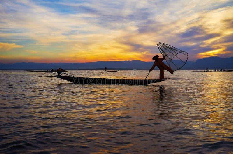 Pescando en el lago Inle, Myanmar imagen de archivo