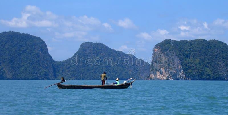 Pescando en la bahía de Phang Nga, Tailandia fotos de archivo