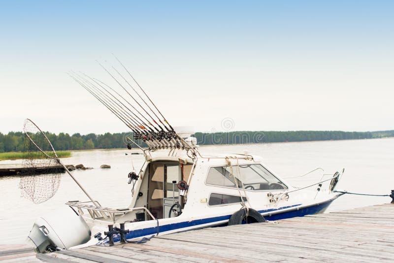 Pescando la barca di pesca a traina su un lago della foresta, la vacanza della natura ha disinserito fotografie stock libere da diritti