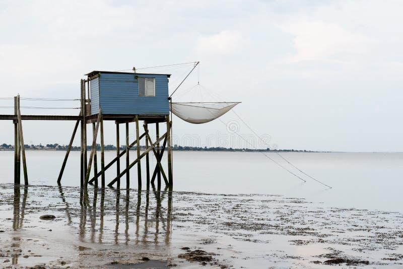 Pescando le capanne sui trampoli al crepuscolo in Fouras Aquitaine France fotografia stock libera da diritti