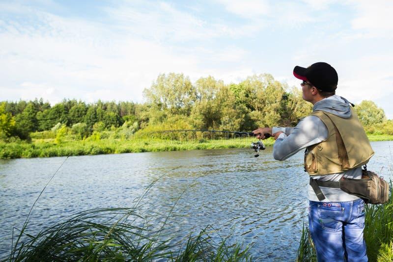 Pescando nel fiume fotografie stock
