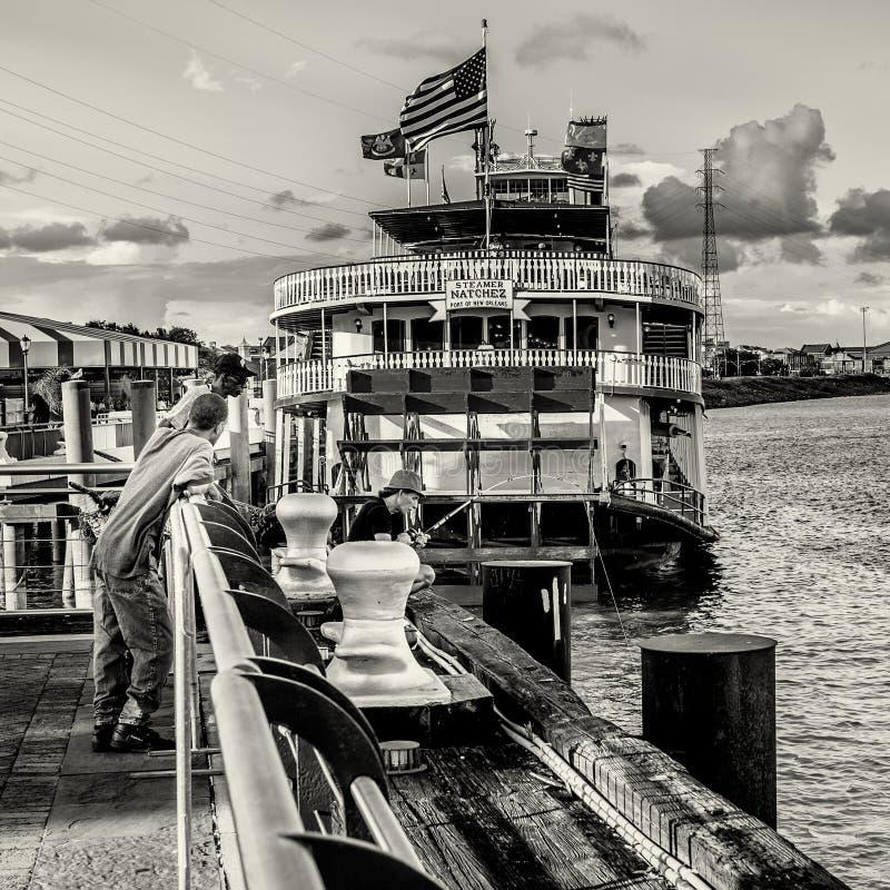 Pescando nel fiume Mississippi dietro il vapore Natchez immagine stock libera da diritti