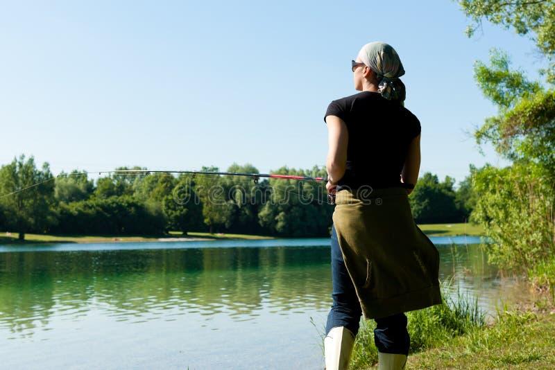 Pescando nel lago fotografia stock