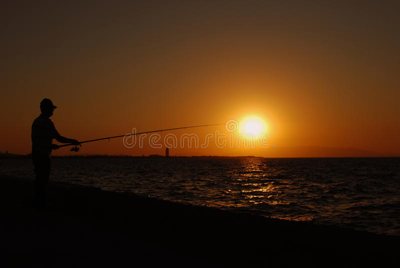 Pescando nel tramonto fotografia stock