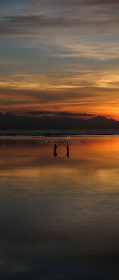 Pescando nell'ambito di un'alba calda immagine stock libera da diritti