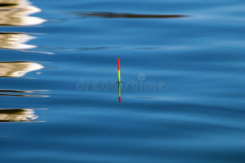 Pescando o flutuador Superfície da água reflexão imagens de stock royalty free