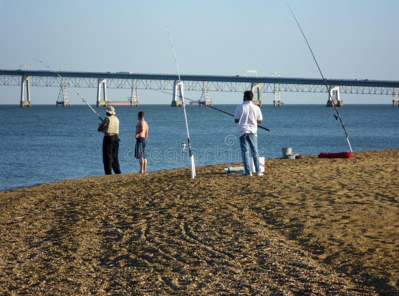 Pescando per il persico spigola striato a Sandy Point fotografia stock libera da diritti