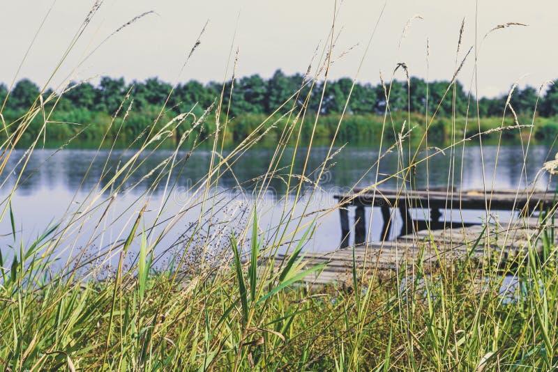 Pescando a plataforma no lago Cais de madeira imagem de stock royalty free