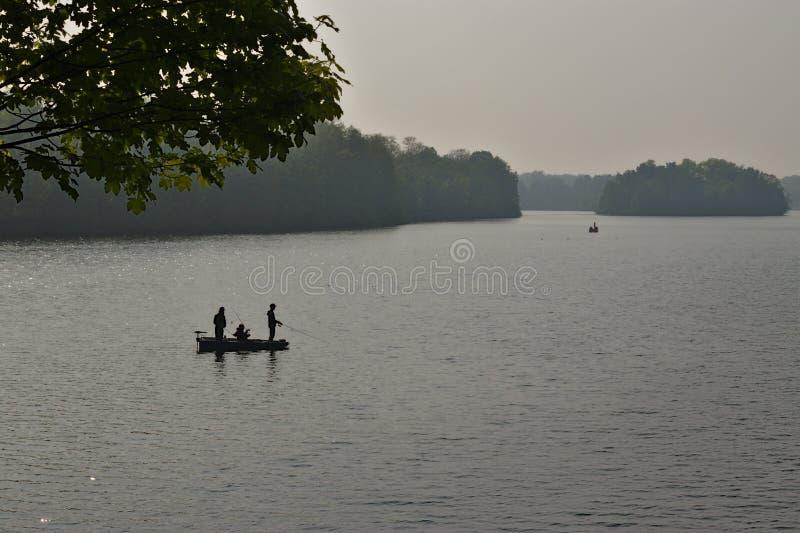 Pescando su un lago immagini stock