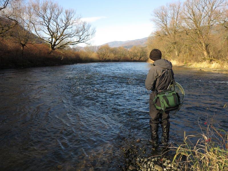 Pescando sul fiume fotografia stock libera da diritti