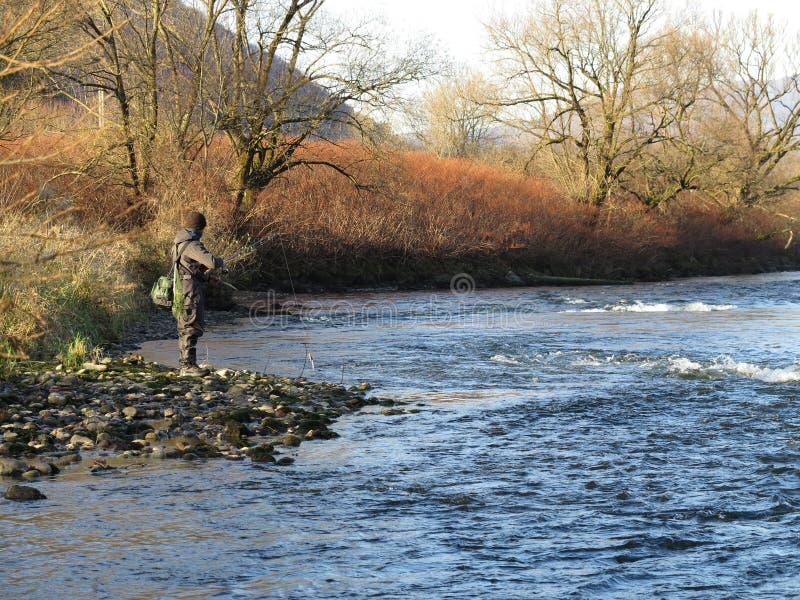Pescando sul fiume immagini stock