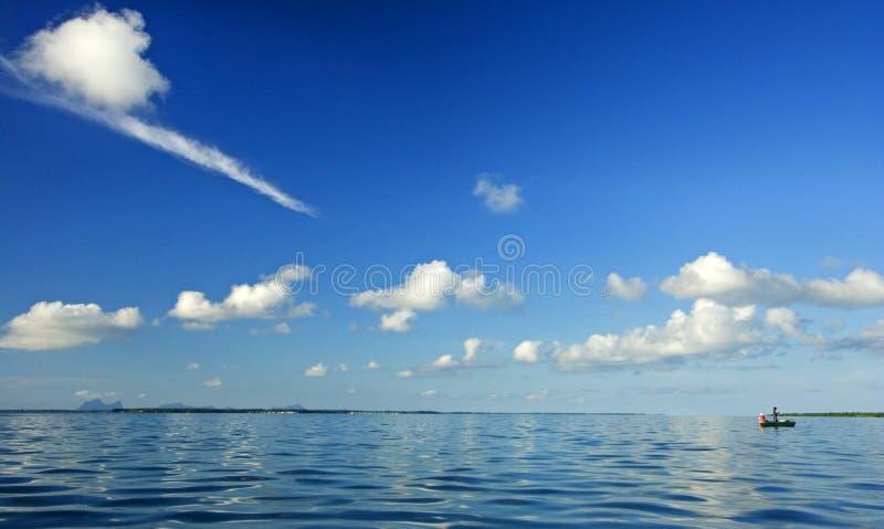 Pescando sul mare tranquillo immagine stock