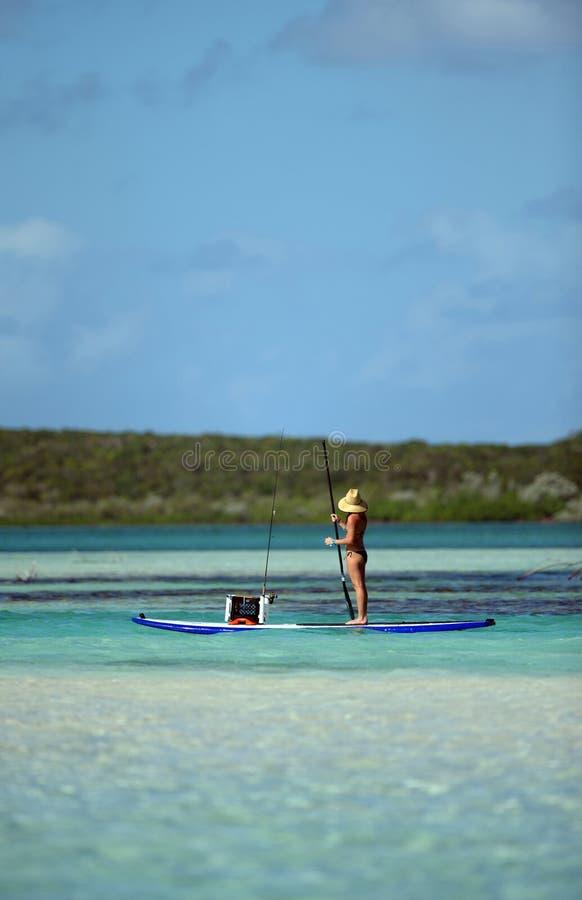 Pescando sul paddleboard fotografie stock