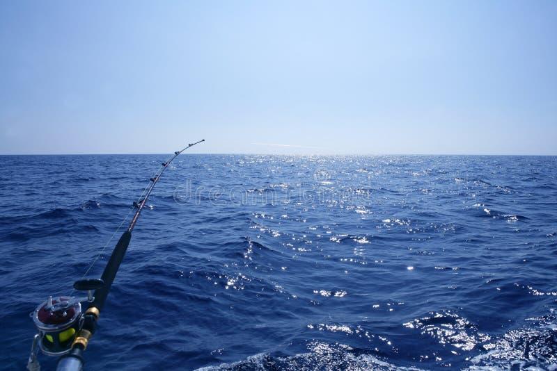 Pescando sulla barca con l'asta e la bobina di pesca a traina. fotografie stock libere da diritti