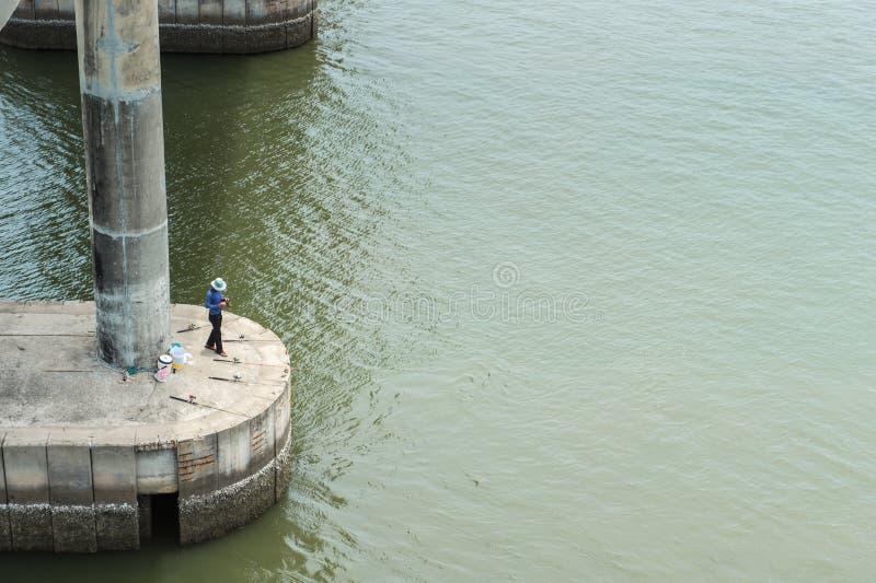 Pescando uomo con lui lavoro fotografie stock