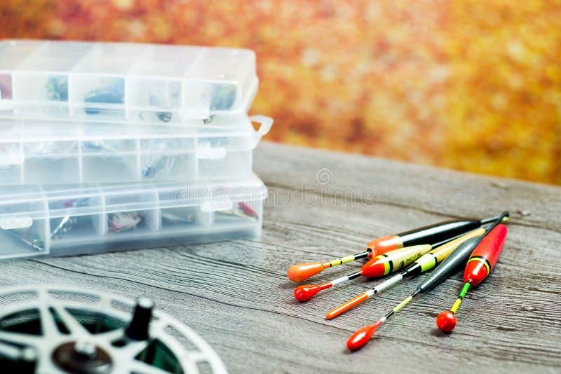 Pescar flutua com os acsessories na tabela de madeira fotografia de stock