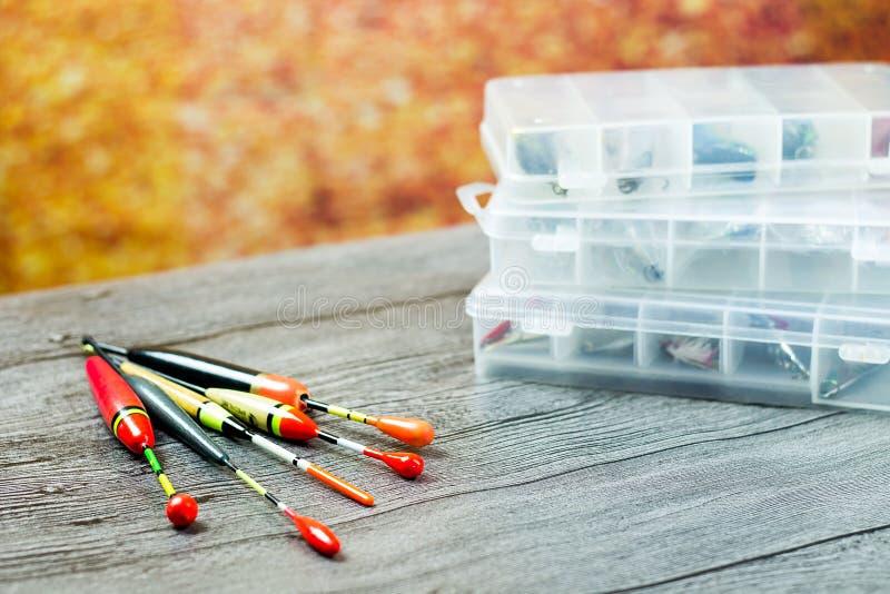 Pescar flutua com os acsessories na tabela de madeira fotos de stock