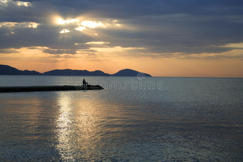 Pescatore all'alba fotografie stock libere da diritti
