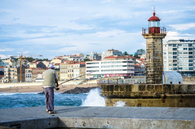 Pescatore anziano a Oporto immagini stock libere da diritti