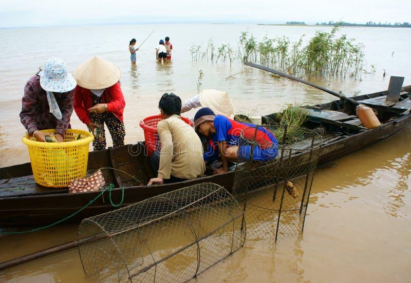 Pescatore asiatico, tri pesce di un lago, fiume immagine stock libera da diritti