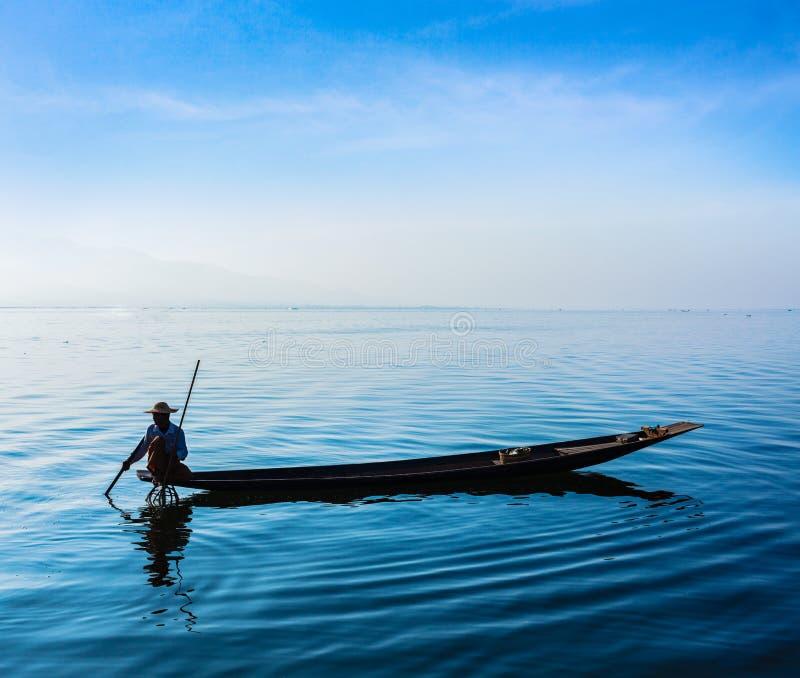 Pescatore birmano nel lago Inle, Myanmar fotografie stock libere da diritti