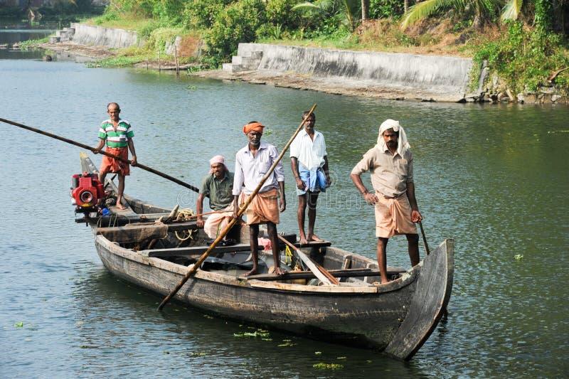 Pescatore che gira su una barca fotografia stock