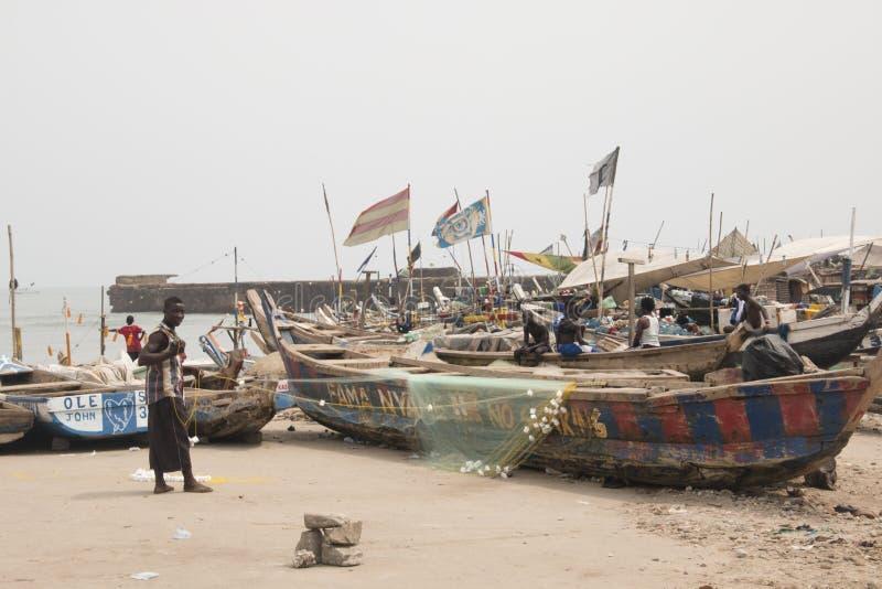 Pescatore con la barca e reti in Jamestown, Accra, Ghana fotografia stock