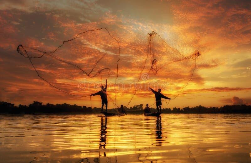 Pescatore del lago nell'azione quando pescano fotografia stock
